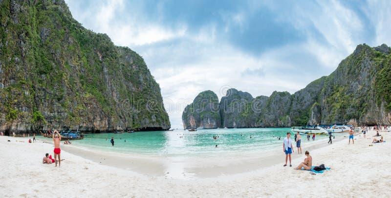 甲米府,泰国:2017年4月05日:外国在著名海玛雅人海湾游客旅行 免版税库存图片