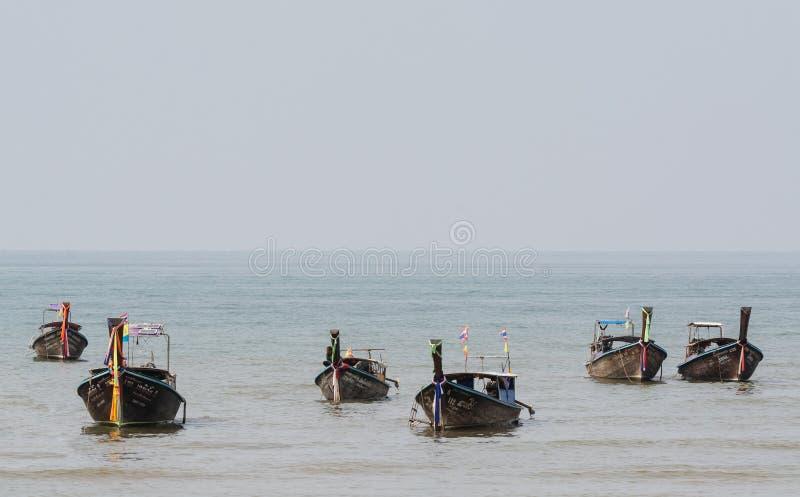 甲米府,泰国- 2019年3月:长尾巴木小船被停泊在Railey海滩 免版税图库摄影