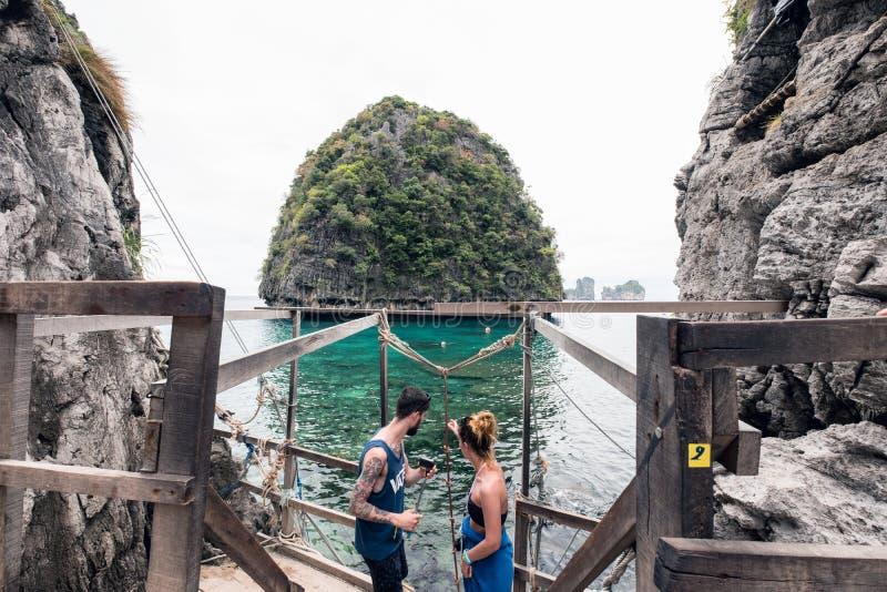 甲米府,泰国- 2017年4月05日:在loh samah海湾的游客旅行在发埃发埃 免版税库存图片