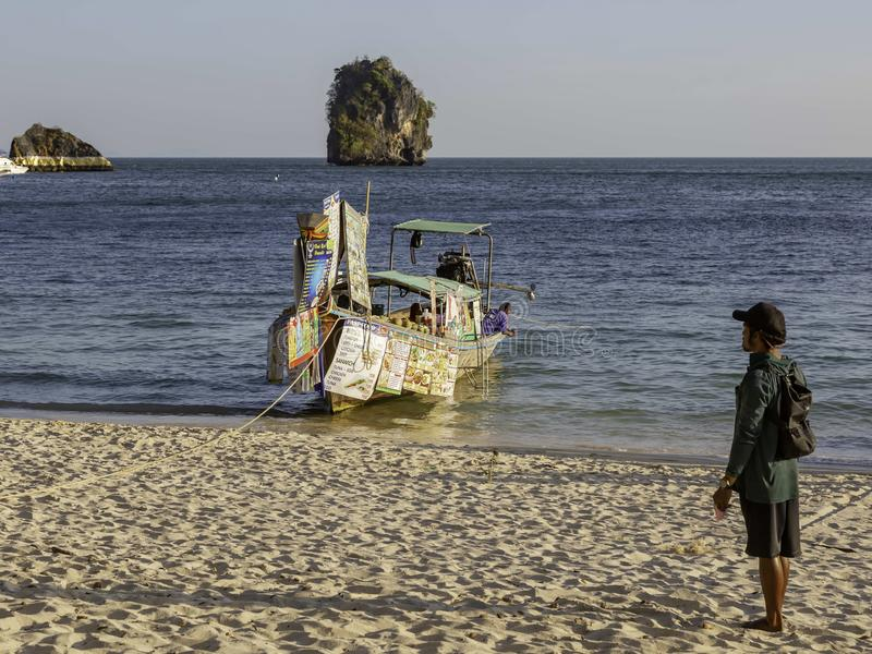 甲米府,泰国- 2019年2月14日:浮动市场 卖食物和饮料从小船 在船船尾的菜单  ?? 库存照片