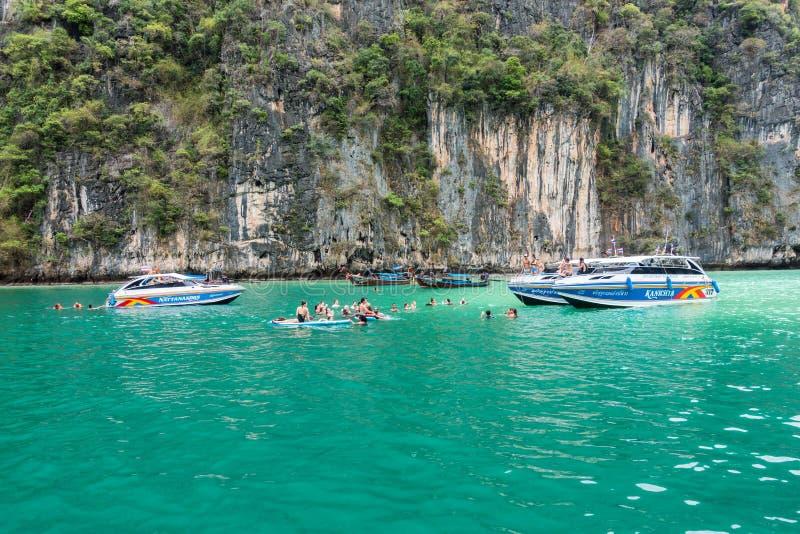 甲米府,泰国- 2017年4月05日:游人在水中使用在盐水湖享受乐趣 库存照片
