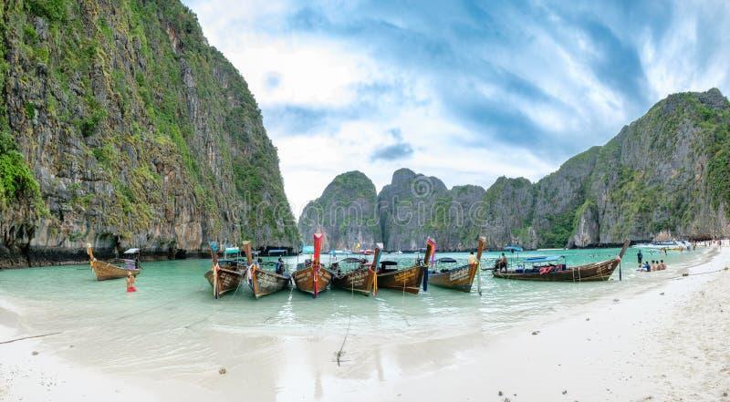 甲米府,泰国- 2017年4月05日:风景美丽的木长尾巴小船停住与游人放松 免版税库存照片