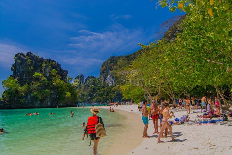 甲米府,泰国- 2月23 2019年;游人来放松,晒日光浴,敬佩石灰石海岛的吻合风景 免版税库存图片