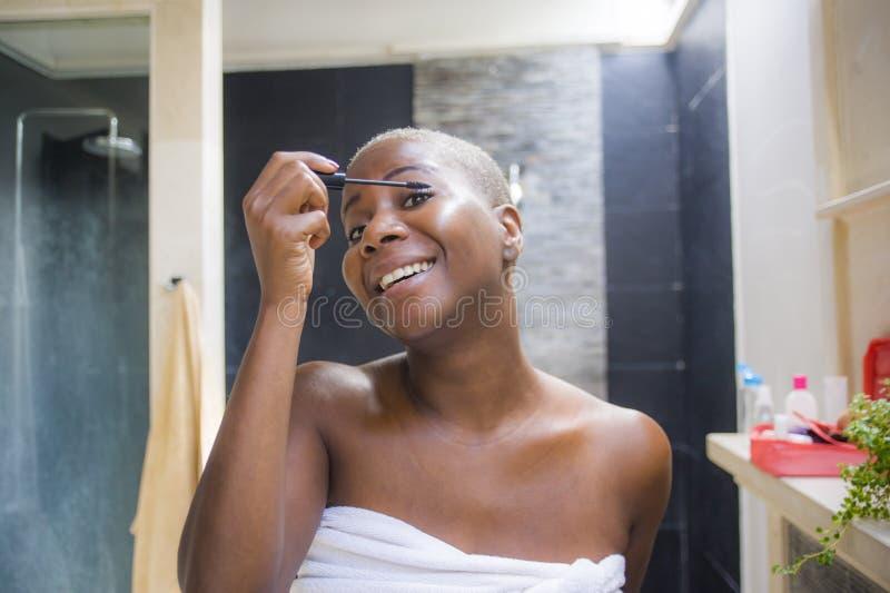 黑人�9b�_申请与eyeb的年轻有吸引力和愉快的黑美国黑人的妇女在家卫生间生活