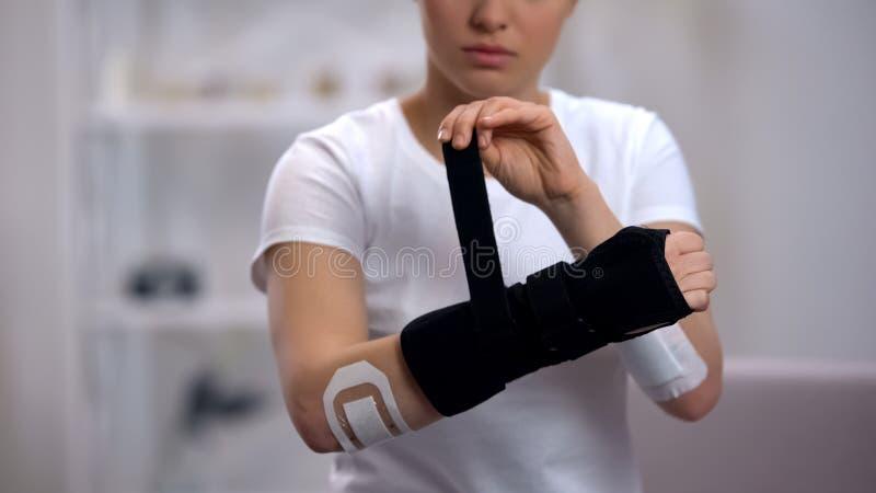 申请巨人腕子括号修复的年轻女运动员在创伤,健康以后 免版税库存照片