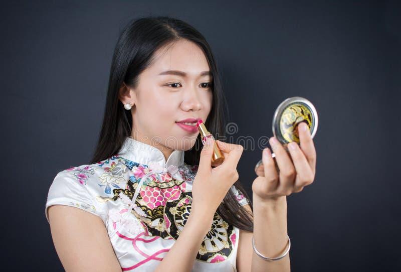 申请构成的美丽的年轻亚裔妇女 免版税库存照片