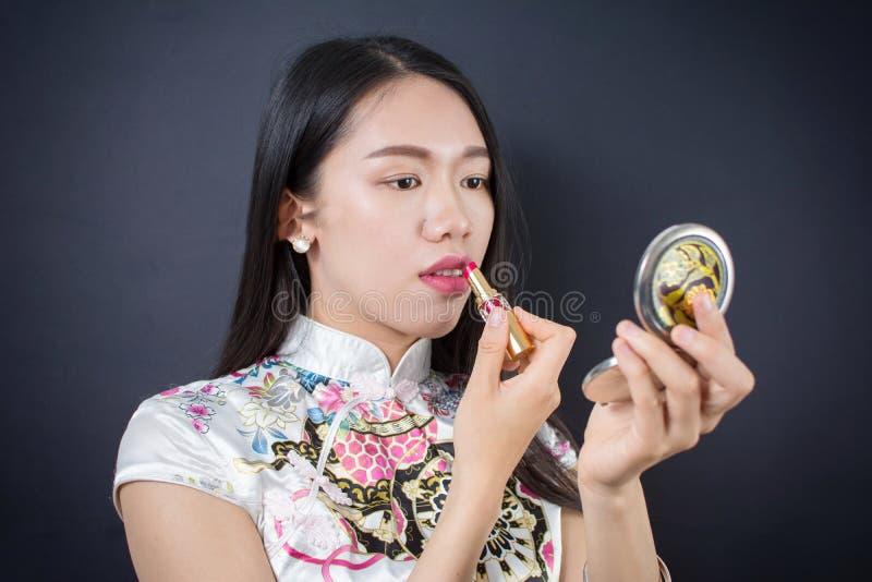 申请构成的美丽的年轻亚裔妇女 图库摄影