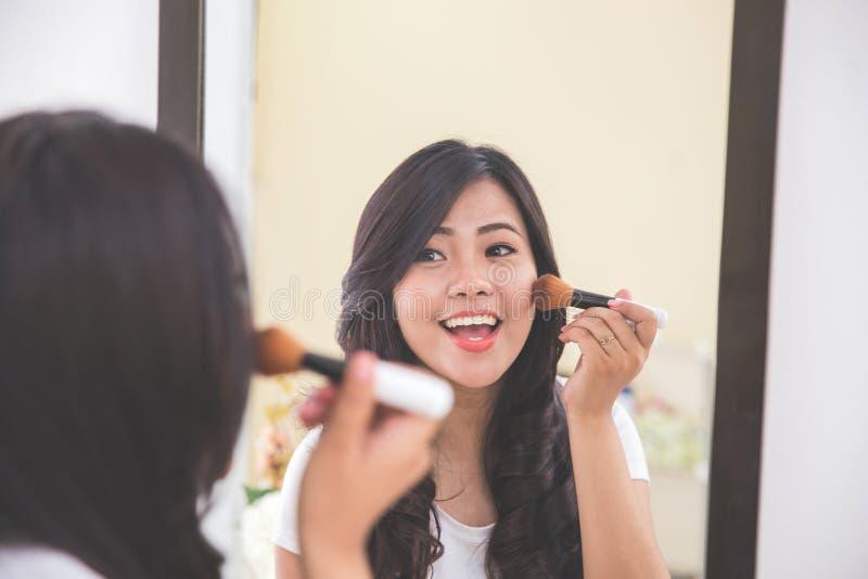 Download 申请的妇女脸红,看镜子 库存图片. 图片 包括有 长期, brusher, 夫人, 构成, 现代, 整容术 - 62529017