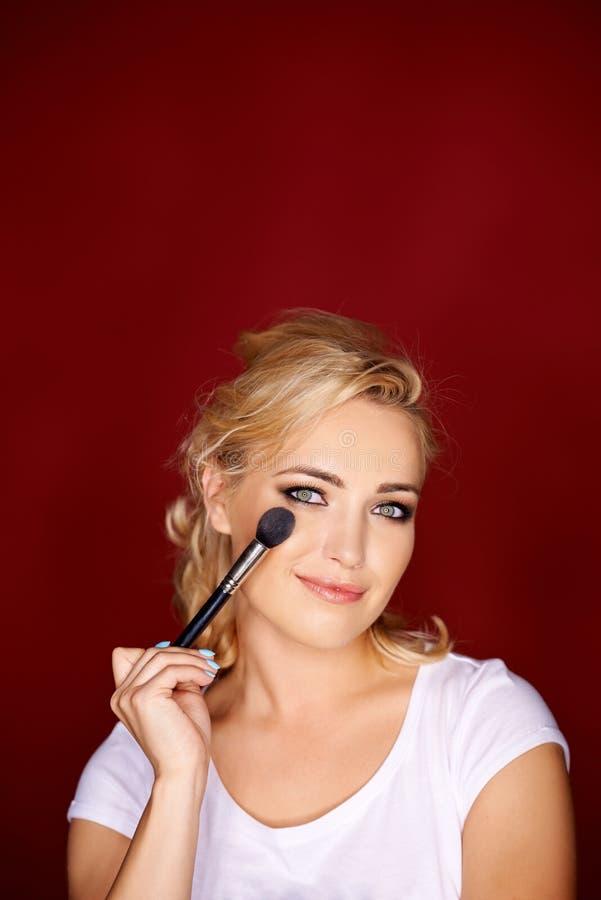 申请眼睛构成的美丽的白肤金发的妇女 库存图片