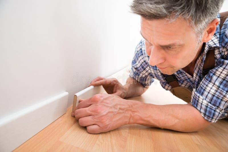 申请避开在墙壁上的木匠 免版税图库摄影