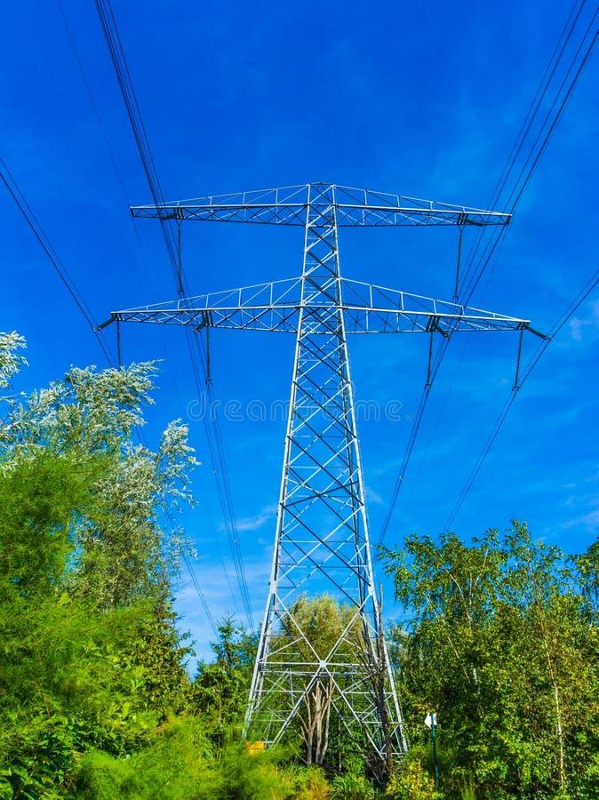电与电缆天空线看法的传输塔 免版税库存照片