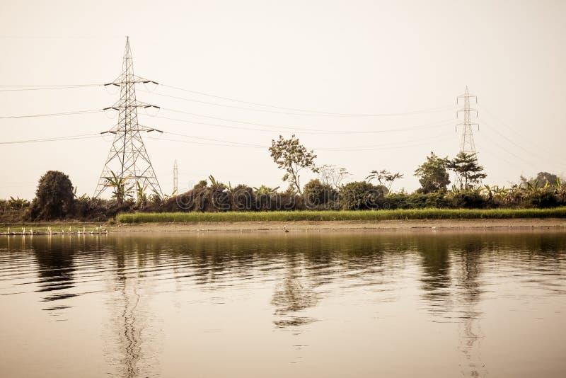 电传输塔电定向塔、钢格子和高压岗位主输电线天花板力量 免版税库存图片