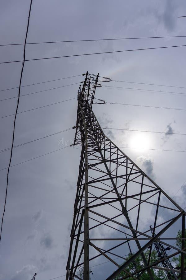 电传输定向塔现出轮廓反对灰色天空在黄昏 免版税库存图片