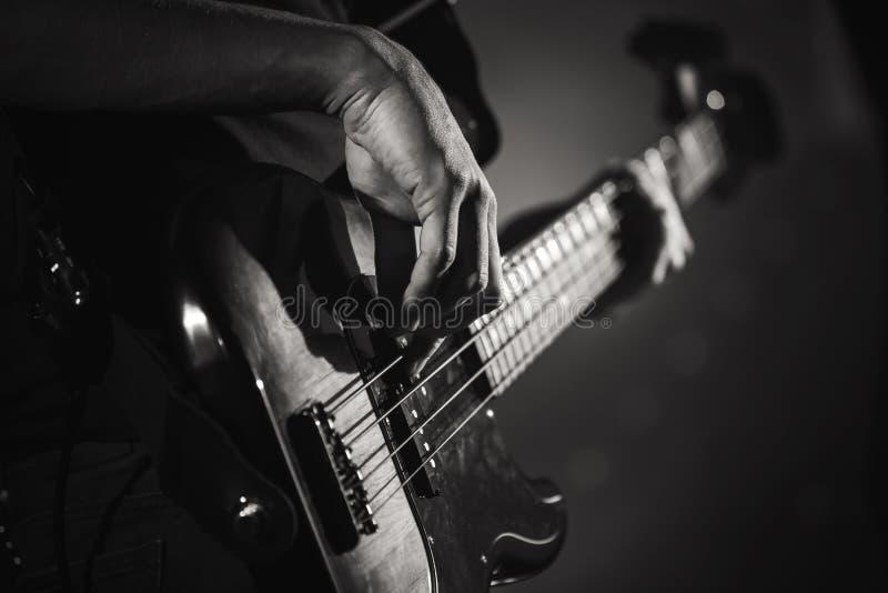 电低音吉他球员手,实况音乐 免版税库存照片