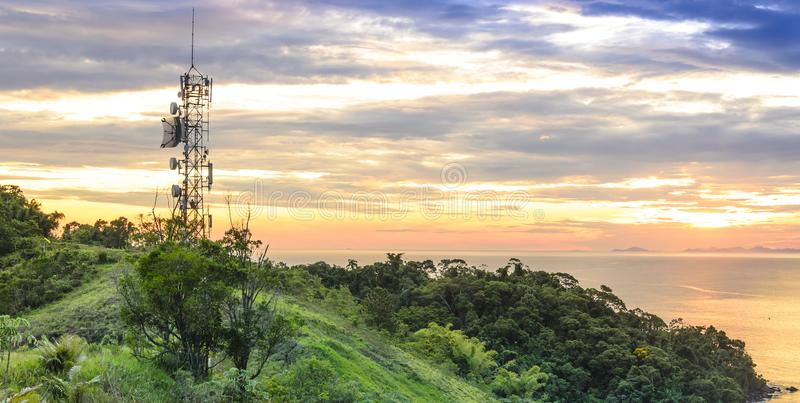 电信和无线电铁塔与日落天空在背景中 图库摄影