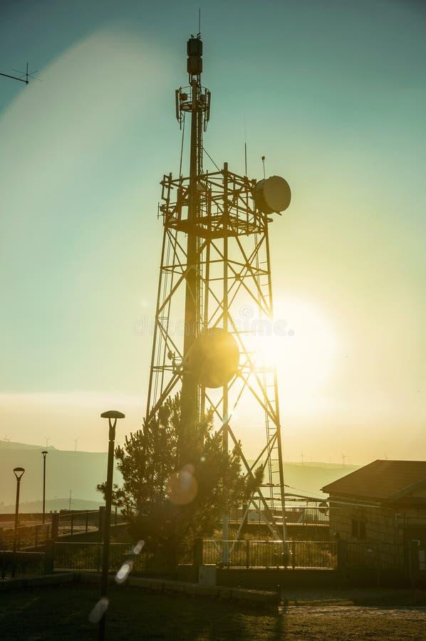 电信塔剪影在日落的 库存照片