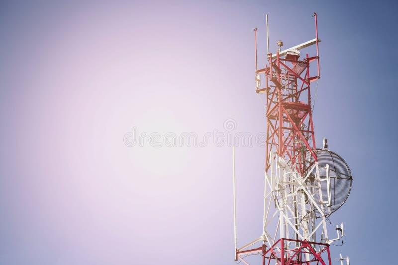电信塔安装发出的信号的到城市,卫星盘电信网络在城市,产业通讯器材 免版税库存图片