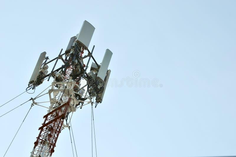电信塔帆柱电视天线无线技术,手机通讯台 库存照片