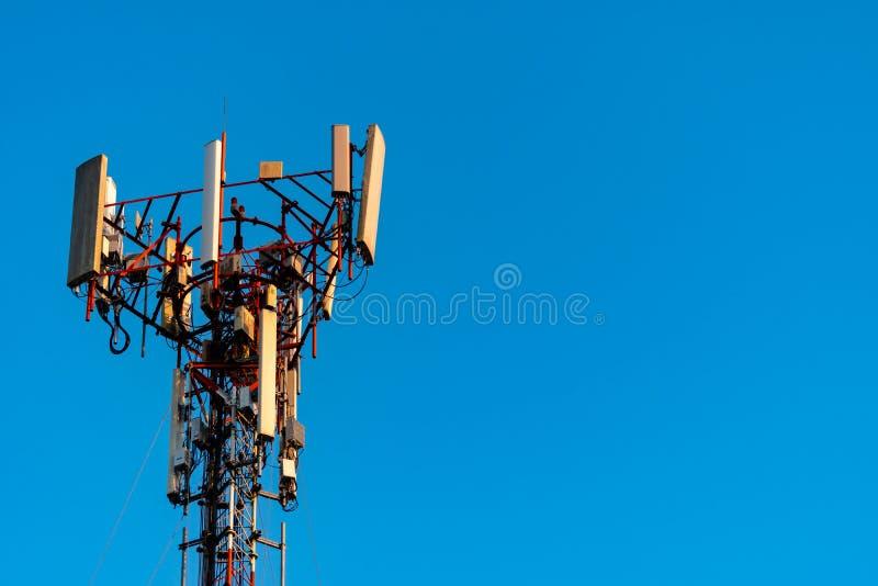 电信塔有清楚的天空蔚蓝背景 在天空蔚蓝背景的天线 收音机和卫星杆 ?? 免版税库存图片