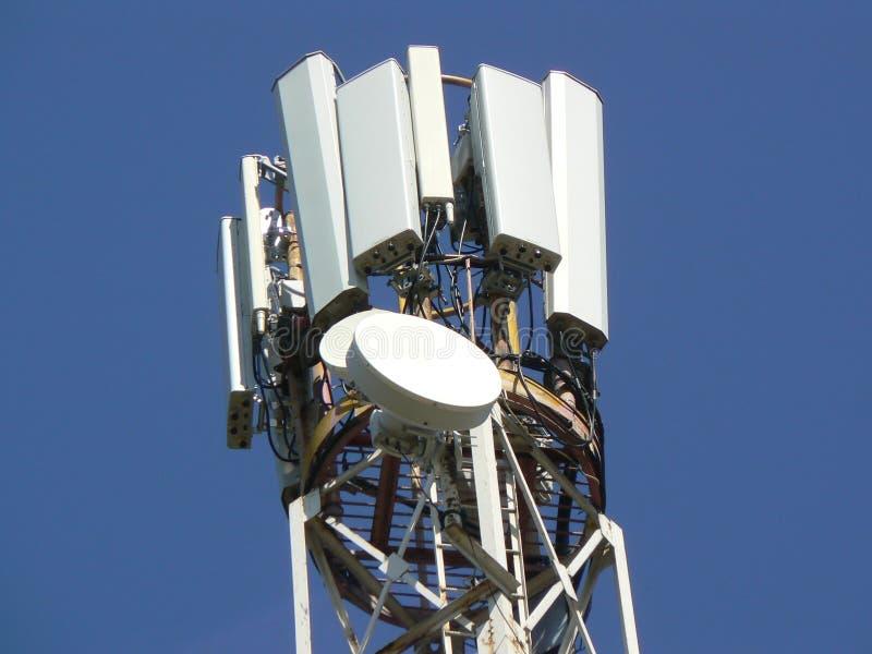 电信塔  移动通信的帆柱 库存照片