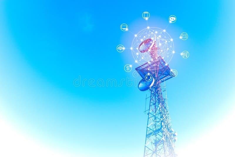 电信耸立与与互联网、电子邮件、云彩技术、巧妙的电话、计算机、无线信号和银行业务象  免版税图库摄影