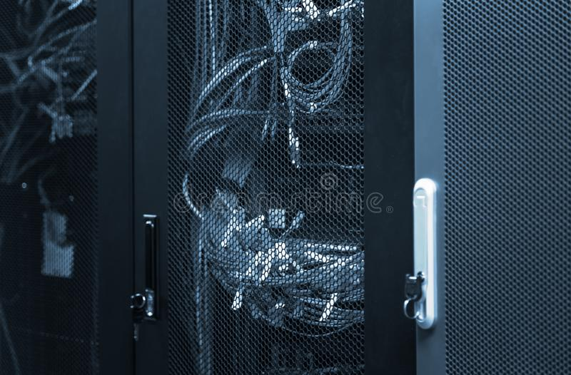电信设备5G,4G,与被连接的纤维光导电缆的3G LTE在网络转接 库存图片