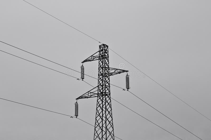 电力塔 — 输电塔 — 天空的电力线意大利、欧洲 免版税图库摄影