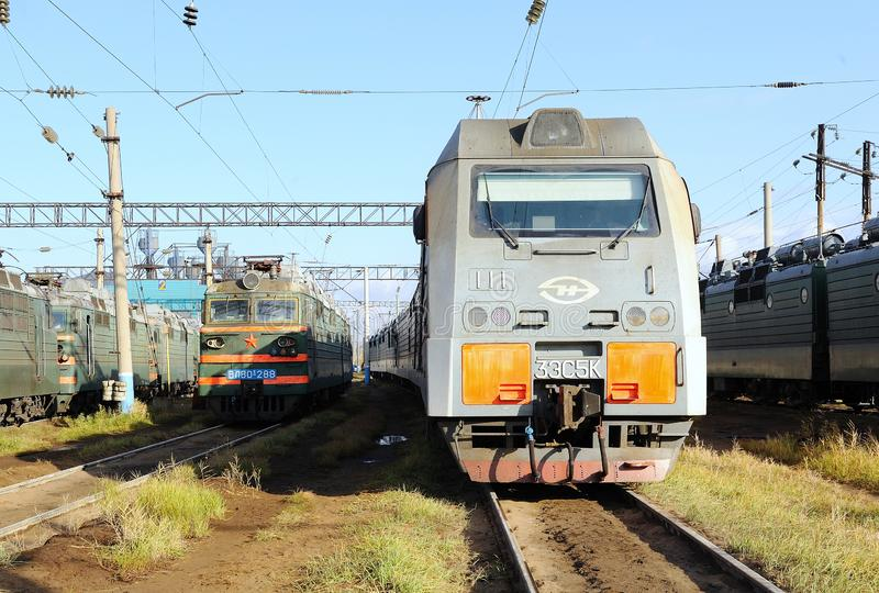 电力机车在铁路集中处 库存图片