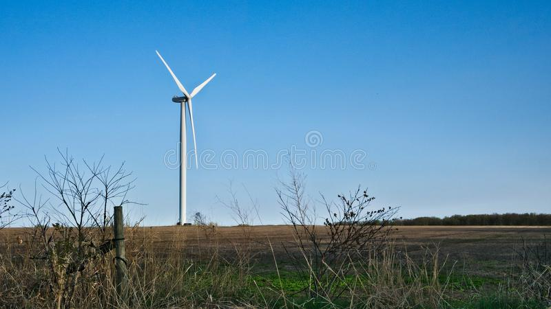 电力生产的风车在农厂国家 库存图片