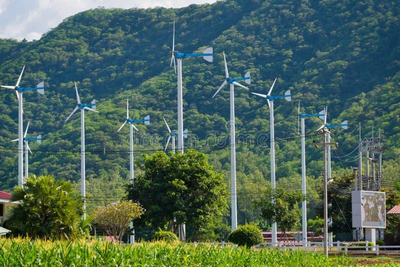 电力生产的风车在皇家主动的项目 库存图片