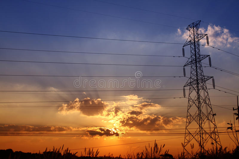 电力驻地剪影与五颜六色的日落的 库存照片