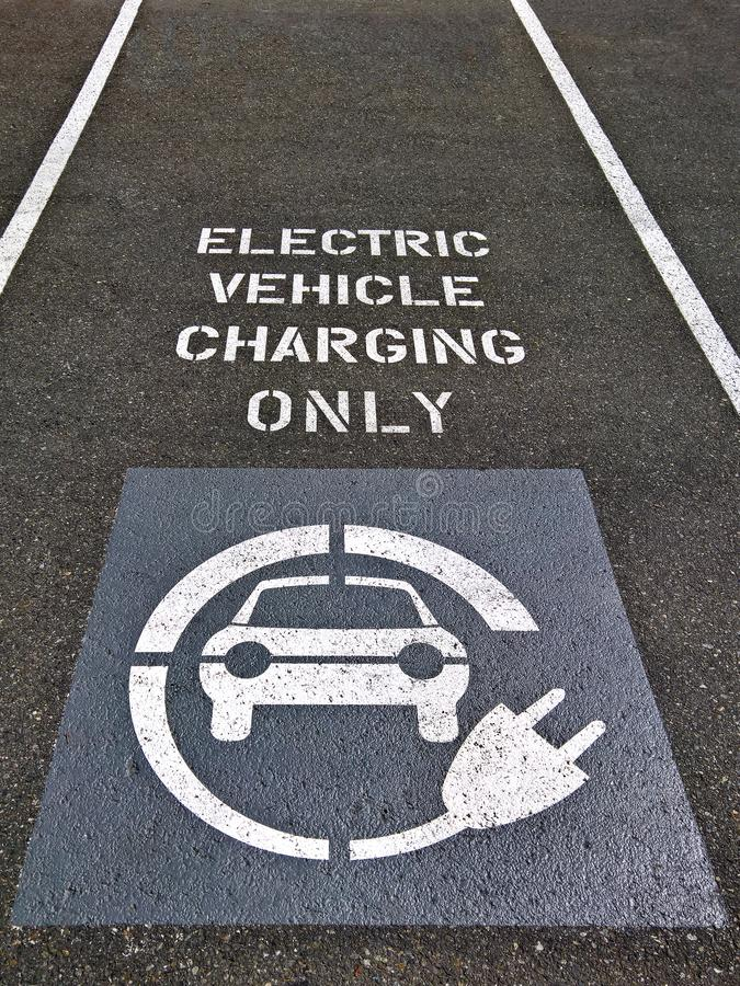 电动车充电的停车位 库存图片