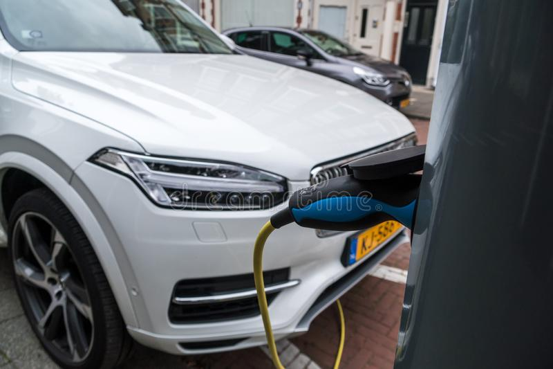 电动车在荷兰的街道上的服务设备 库存照片