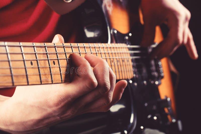 电吉他,吉他弹奏者,音乐家岩石 hornsection仪器音乐零件萨克斯管 吉他,串 概念电吉他例证音乐 音响的吉他 作用 免版税库存图片