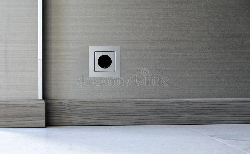 电在墙壁背景的电源插座 图库摄影