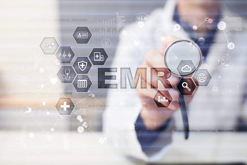 电子健康记录 她, EMR 医学和医疗保健概念 医生与现代个人计算机一起使用 库存图片