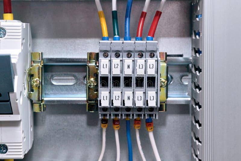电子内阁的多个连接终端 导线被连接到终端 免版税库存图片