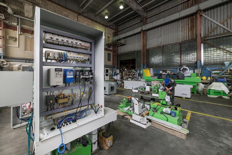 电子内阁,金属工艺机器的电子控制系统的装配 库存照片