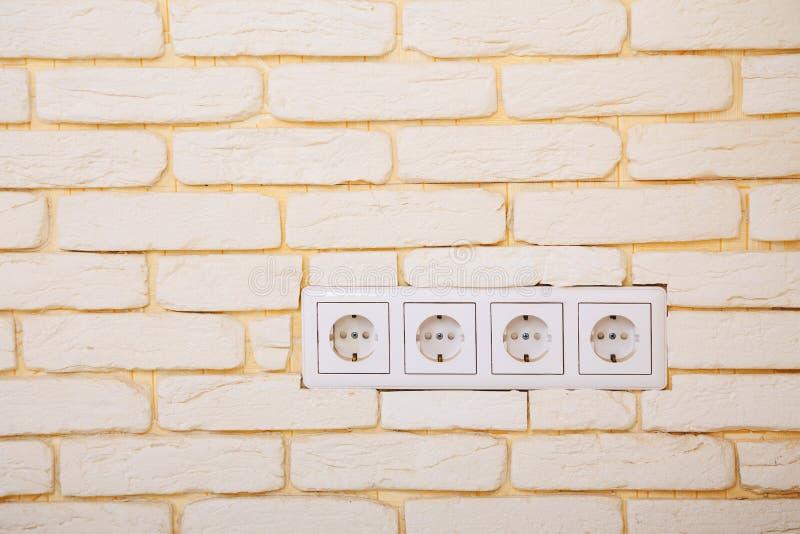 电子出口或网络插口在砖墙 库存照片