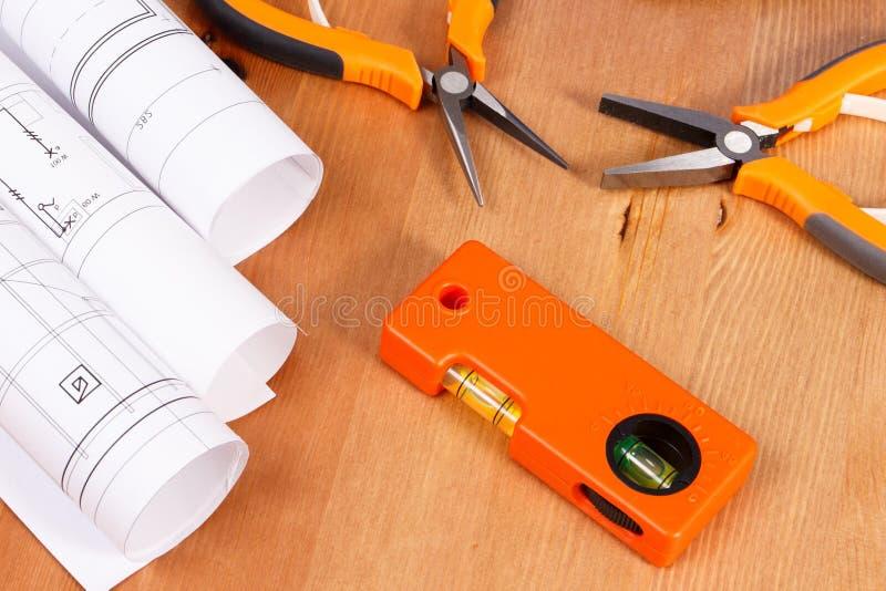 电子图画或图纸劳斯和橙色工作工具用于说谎在书桌上的工程师工作 免版税图库摄影