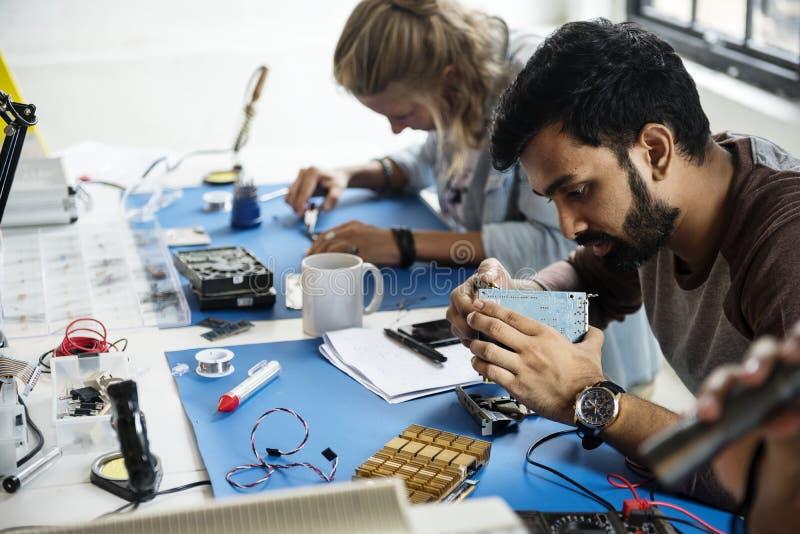 电子工作在计算机零件的技术员队 库存图片