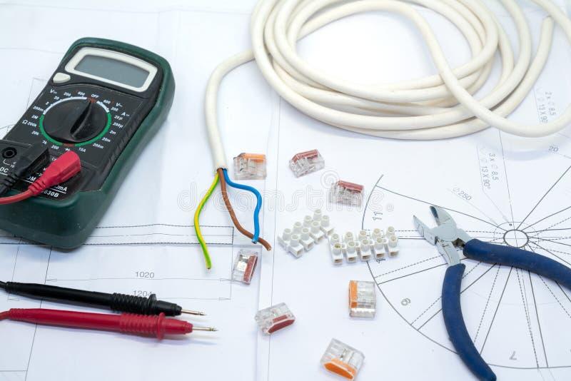 电子工具和供应在建筑师的计划 库存图片