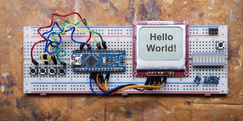 电子微处理器设备手工装配  套晶石 免版税库存图片