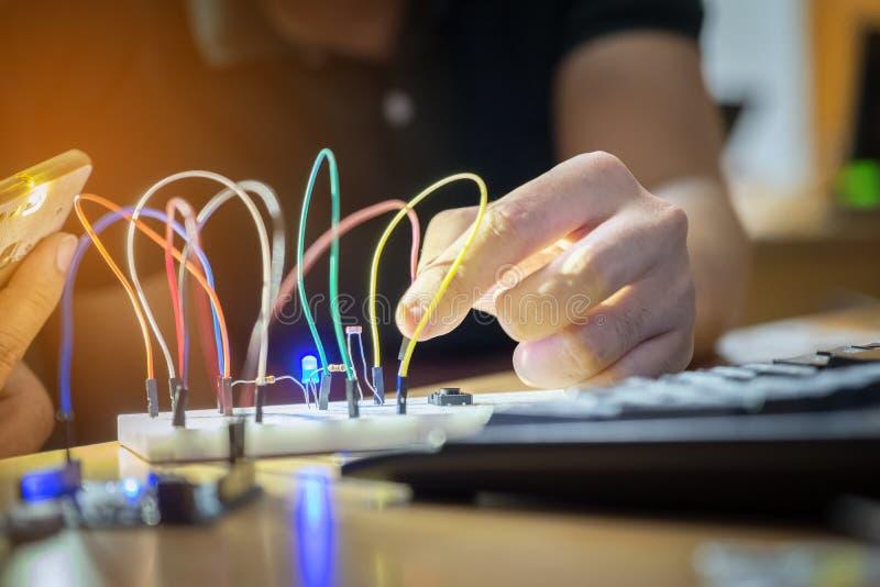 电子控制成套工具DIY上平的布局车间组分 库存图片