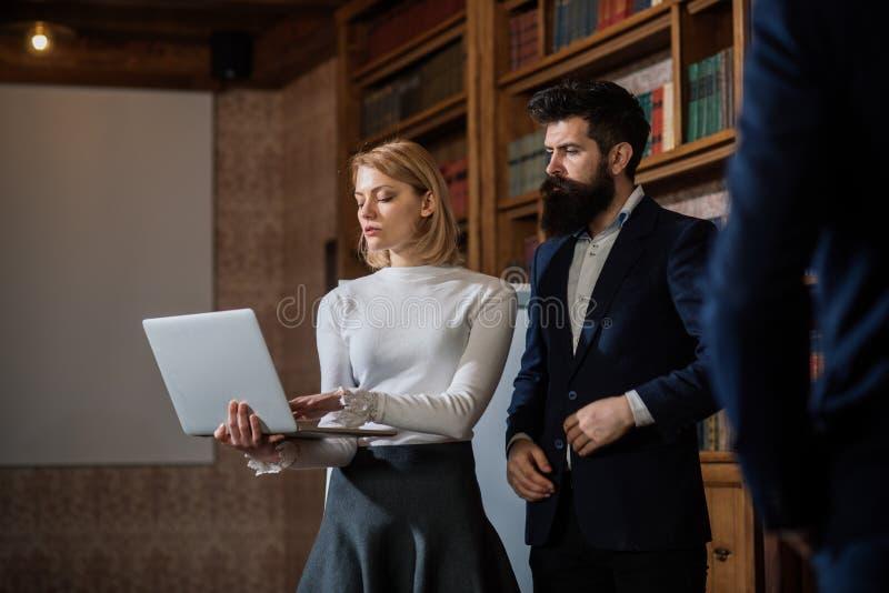 电子教学概念 学生为电子教学在网上使用数字图书馆 电子教学和电子教育 距离 库存图片