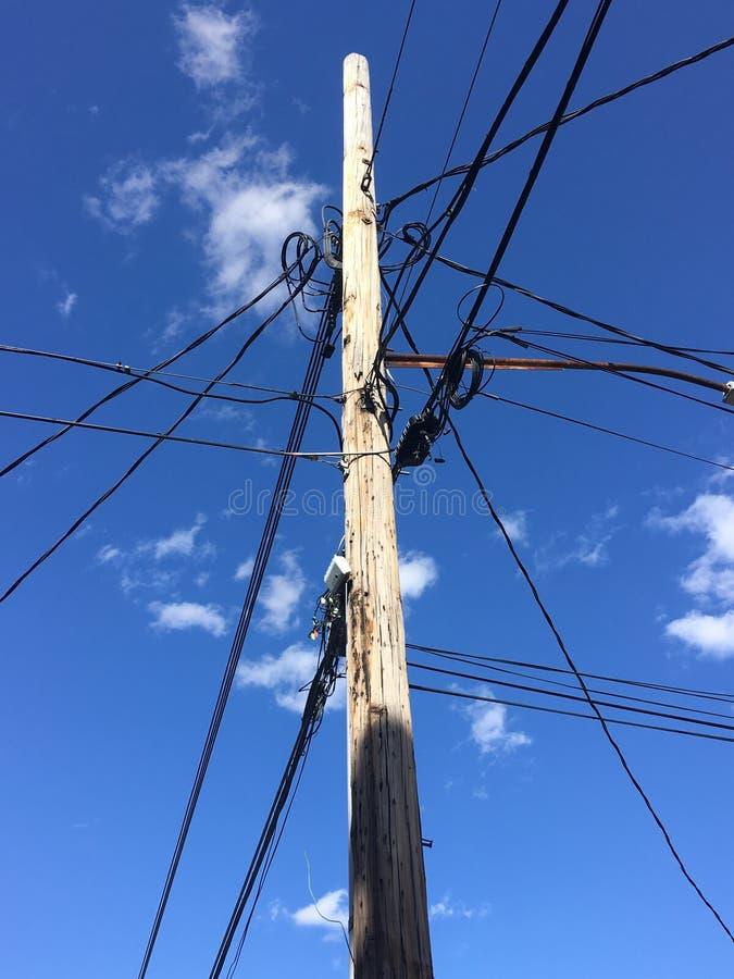 电子木定向塔、缆绳、导线和蓝天 免版税库存图片
