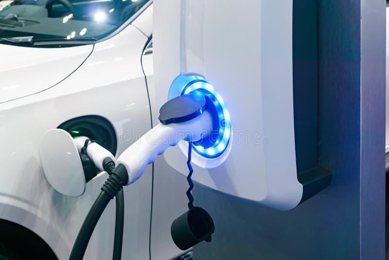 电子汽车电池充电器的插口与装载显示锂 免版税库存图片