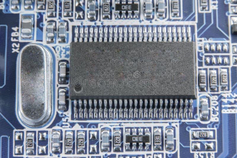 电子线路板特写镜头与被定调子的处理器的 库存图片