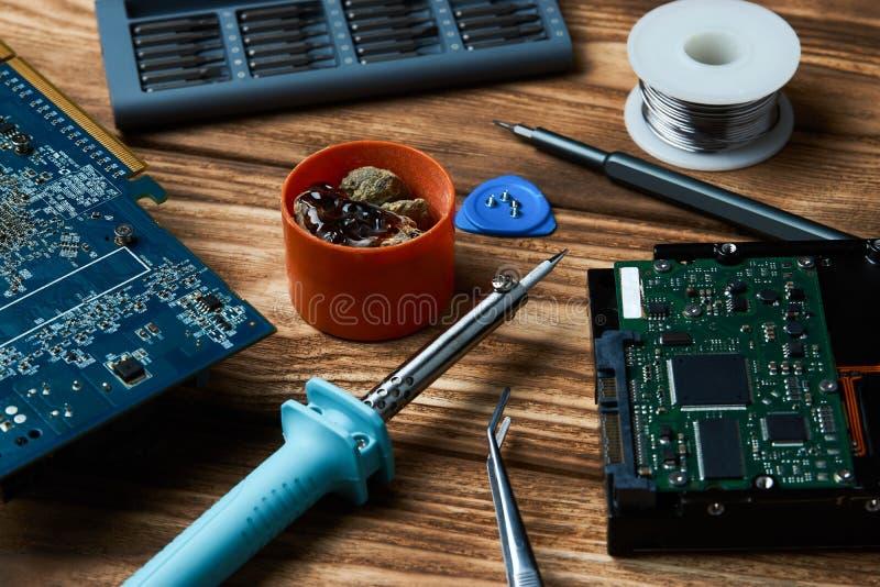 电子设备,罐子焊接的零件修理  免版税图库摄影