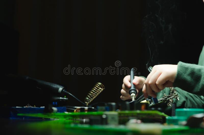 电子设备,罐子焊接的零件修理  solderer 免版税库存照片